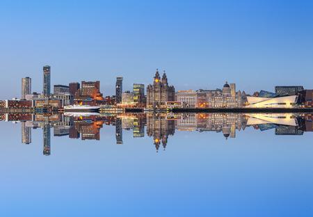 Een perfecte weerspiegeling van skyline van Liverpool. Alle beroemde bezienswaardigheden van Liverpool op de horizon.