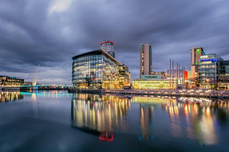 BBC media stad bij Salford Quays, Manchester Engeland. Panoramisch uitzicht van de moderne buidings bij schemering.