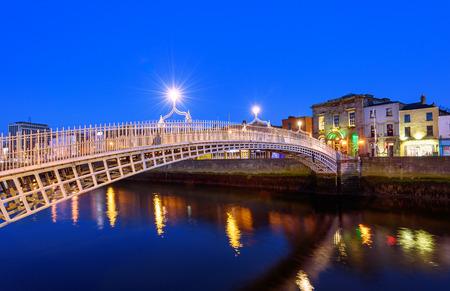 Der Penny Ha'penny Bridge und offiziell der Liffey-Brücke, ist eine Fußgängerbrücke im Jahre 1816 über den Fluss Liffey in Dublin, Irland gebaut.