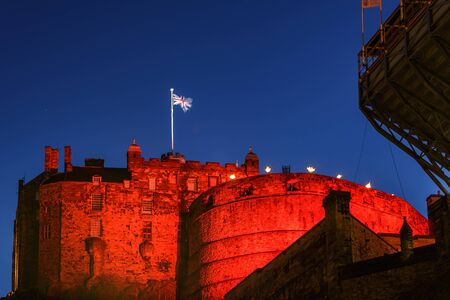 scottish flag: Castello di Edimburgo illuminato da luci colorate durante il Festival di Edimburgo a Edimburgo, in Scozia Editoriali