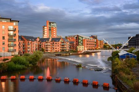 River Aire stroomt door Clarence dokken in Leeds, Verenigd Koninkrijk.