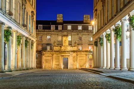 bañarse: Calles empedradas de la ciudad de Bath por la noche.