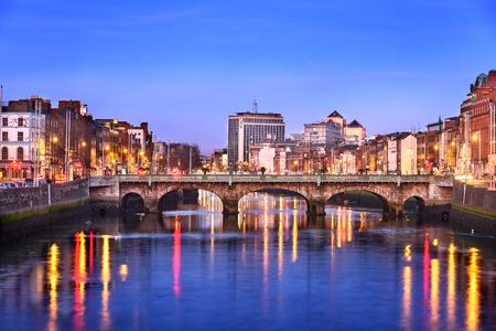 ダブリン、アイルランドのリフィー川のほとり。