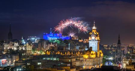Un feu d'artifice marque la fin de l'Edinburgh Fringe Festival International. Banque d'images - 61383200