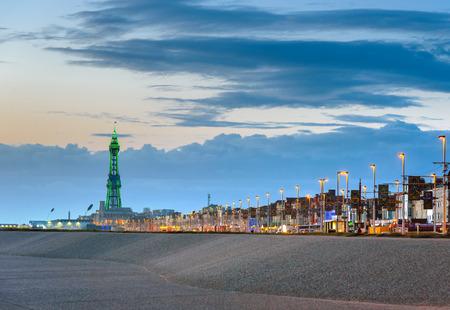 Blackpool tower illuminated in green light at the end of promenade. Standard-Bild