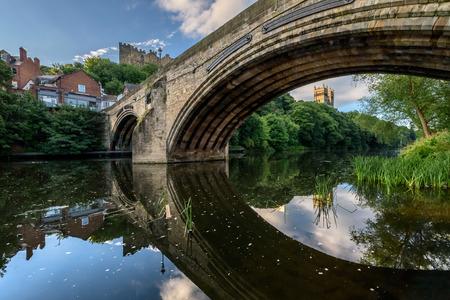 durham: Framwellgate Bridge is a mediaeval masonry arch bridge across the River Wear, in Durham, England. Stock Photo