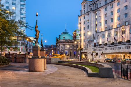 ニンフ像、リーズ、イギリスの都市の広場で。