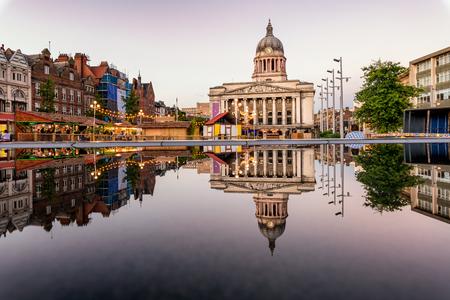 Duidelijke weerspiegeling van een raadshuis en markt in de fontein in de stad van Nottingham, Engeland. Stockfoto