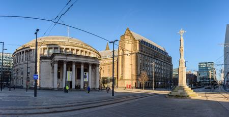 세인트 피터 스 광장에 걸어 사람들과 영국에서 맨체스터의 중앙 도서관의 곡선 된 건물의 외관보기.