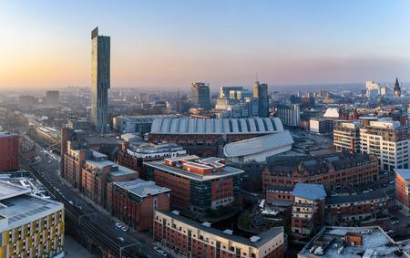 Uitzicht over Manchester stad vanaf hoog.