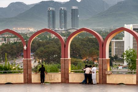 파키스탄 기념물에서 아치를 통해 이슬라마바드 도시보기.
