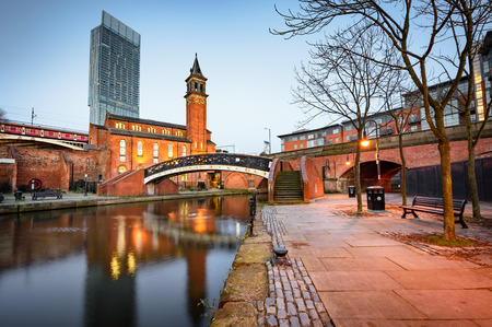 Het kanaalgebied van de watermanier in Manchester, Noord-West-Engeland Stockfoto - 82164587