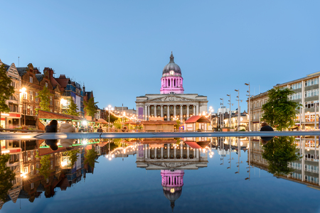 Nottingham Council House en een fonteinfront beschoten Twilight Stockfoto