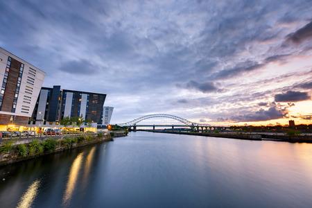 Panaromische weergave van een grote brug over de rivier De Mersey Gateway in Widnes, Verenigd Koninkrijk Stockfoto