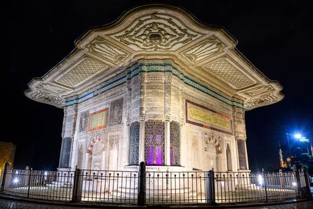 술탄 아메드 3 세 (터키어 : III. 아멧 체스 메시)의 분수대는 톱카피 궁전 (Topkapi Palace)의 제국 문 앞에있는 큰 광장에 위치한 분수입니다.