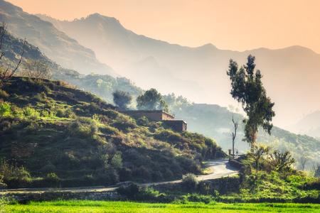 平和な Swat の谷や小さな村を丘の上に表示します。