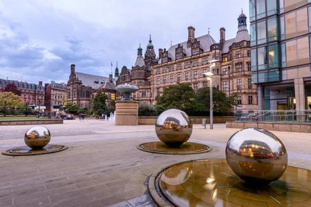 Millennium Square é uma praça da cidade moderna em Sheffield, Inglaterra Foto de archivo - 92354173
