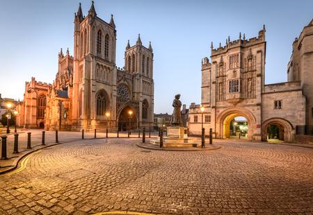 De kathedraal van Bristol en de centrale bibliotheek zijn twee van de beroemde gebouwen in Bristol, VK.