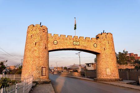Bab-e-Khyber ist ein Denkmal, das am Eingang des Khyber-Passes in den Stammesgebieten unter Bundesverwaltung von Pakistan steht.