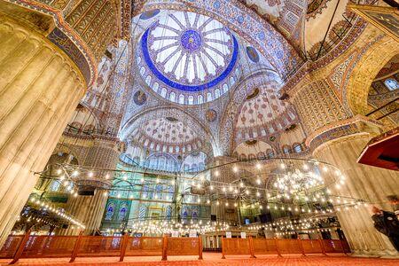 La mezquita es conocida como la Mezquita Azul debido a los azulejos azules que rodean las paredes del diseño de interiores, Estambul, Turquía.