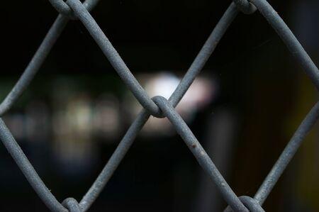 seguridad industrial: cerca de la cerca del metal