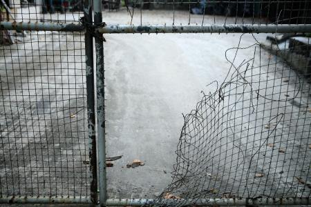 fil de fer: échapper à la clôture de treillis métallique Banque d'images