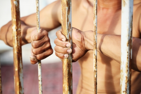 furtive: prisoner try to escape from jail