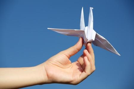 origami oiseau: tenant oiseau origami main. Banque d'images