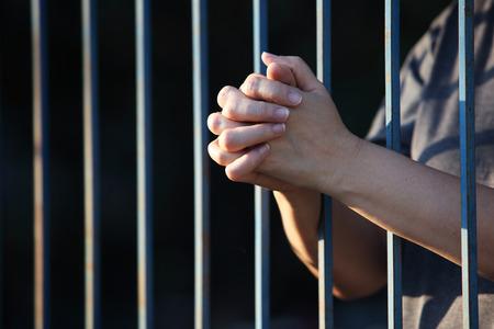 orando: mano rezando en la c�rcel