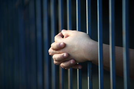 prisoner hand in jail Stockfoto