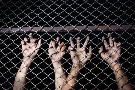 in jail: mano en la cárcel Foto de archivo