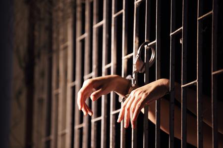 Manos en la cárcel bloqueadas con esposas. Foto de archivo - 87297168