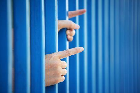 Cerca de la mano del prisionero en la cárcel Foto de archivo