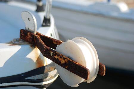 polea: Polea oxidada vieja en un barco Foto de archivo