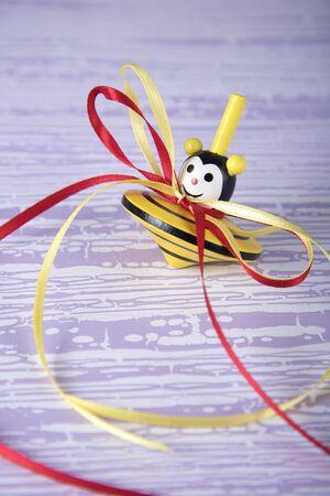 perinola: molinete de colores con cintas en tabla de madera