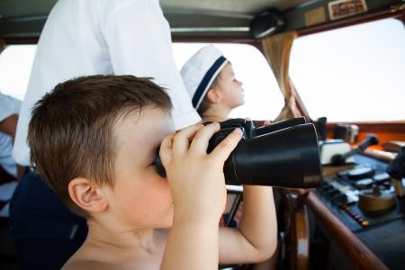 Los niños pequeños que juegan capitán marinero Foto de archivo - 18999906