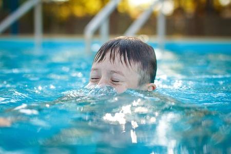 ahogarse: Niño pequeño niño en edad preescolar jugando al billar submarino