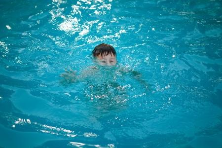 Giovane ragazzo annegamento in piscina, pericolo