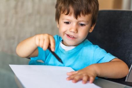 yetenekli: Küçük yetenekli çocuk, eğitim çizmeye başlamak