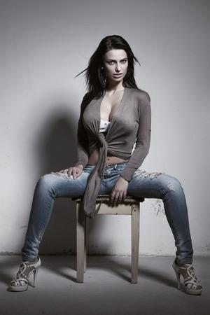 tetas: Sexy mujer morena con grandes tetas sentado en las heces