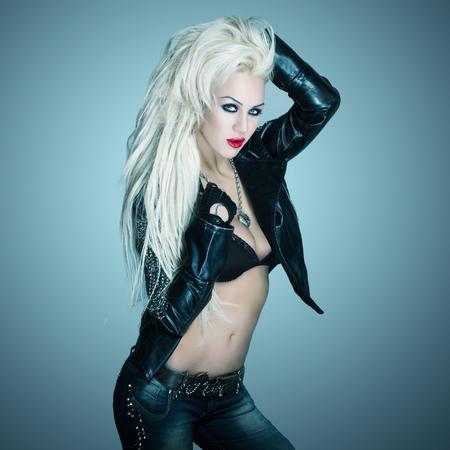 rocker girl: Sexy rubia rockero chica sosteniendo el pelo en la noche