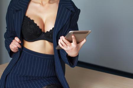 mujeres desnudas: Secretario en sujetador negro coquetear en línea en la tableta, el deseo