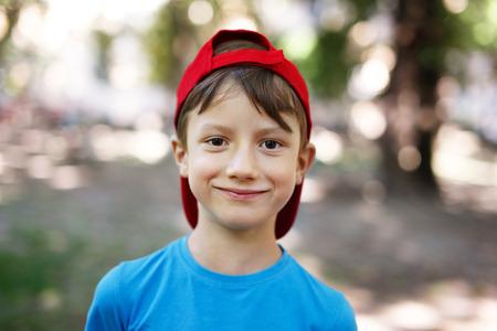 gar�on souriant: Peu jeune gar�on caucasien dans la nature, de l'enfance