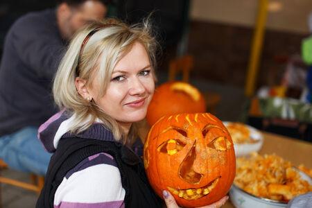 carving pumpkin: La familia feliz tallado de calabazas, halloween, retrato al aire libre Foto de archivo