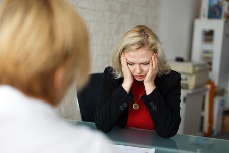 entrevista: Empleado de alto rubio deprimido despedido en la oficina