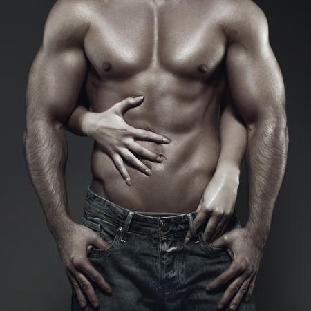 Сексуальная молодая пара тело в темноте, женщина объятия человека абс Фото со стока