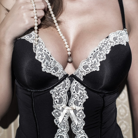 tetas: Mujer atractiva con grandes tetas celebraci�n perlas, sensualidad Foto de archivo