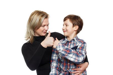 coincidir: Niño pequeño con la madre pulgar para arriba, aislado en blanco Foto de archivo