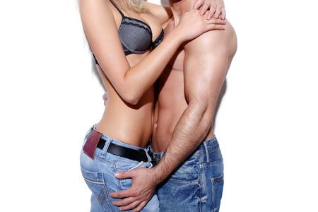 sexo pareja joven: Foreplay Pareja sexy en jeans en concepto de pared