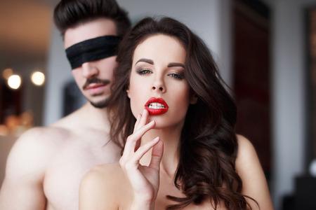 sex: Hartstochtelijke sensuele vrouw met rode lippen in hotelkamer met minnaar, paar voorspel